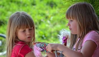 niñas juego muñecas