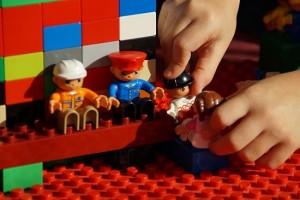 niño juego construcciones lego