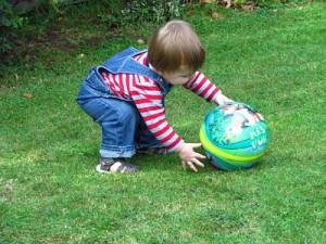 bebe juego infantil pelota