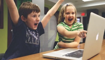 niños jugando a videojuegos