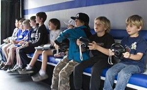 niños juegan a distintos videojuegos