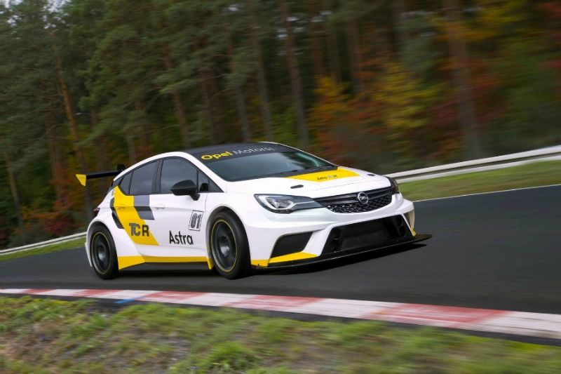 Vista frontal del Opel Astra de carreras