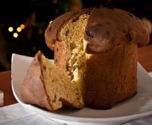 El panettone en la mesa navideña italiana
