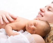 Bebé durmiendo plácidamente con su mamá