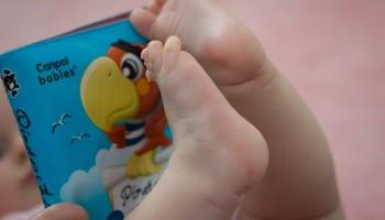 Bebé jugando con su libro