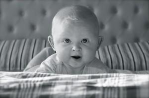 Bebé rubio en la cama recién levantado