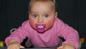 Bebé vestido de rosa preparado para jugar