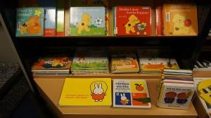 Libros, cuentos y novelas infantiles en la estantería de una librería