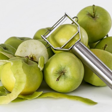 Fruta pelada para preparar ensalada de manzana