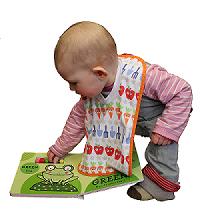 Un bebé juega con los accesorios de un libro interactivo