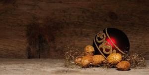 Adornos navideños de madera con frutos secos.