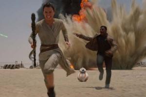 El nuevo droide acompaña en sus aventuras a Finn y Rey