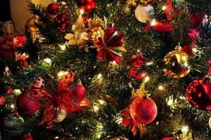 Árbol de Navidad adornado en rojo, dorado y verde.
