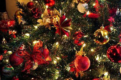 rbol de navidad adornado en rojo dorado y verde