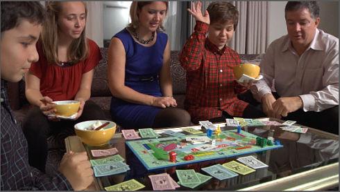 niños juegos de mesa tablero hijos padres jugando