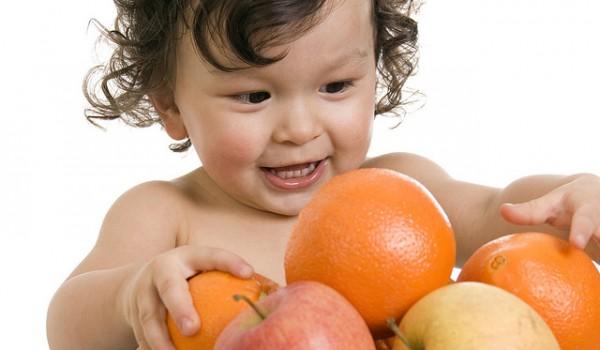 Bebé jugando con frutas