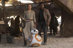 Finn, Rey y BB8 en 'Star Wars: El despertar de la fuerza' - foto: @cineenserio