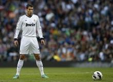 Cristiano Ronaldo lanza una falta. jpg