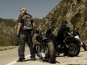 Jax Teller (Charlie Hunnam), protagonista de Sons of Anarchy (Hijos de la Anarquía), fotografiado junto a su moto.