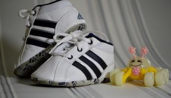 Unos cómodos zapatitos deportivos con cordones