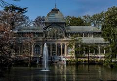 Palacio de cristal de día con vistas al lago