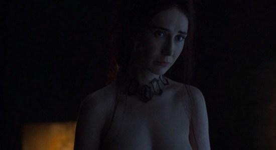 Melisandre desnuda primer capítulo sexta temporada Juego de Tronos