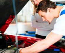 Revisión de un mecánico para pasar ITV