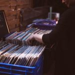 ¿Qué formato me conviene para escuchar música: vinilo o CD?