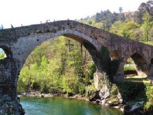 Viajes perfectos en puentes festivos. Puente romano (que no lo es) de Cangas de Onís