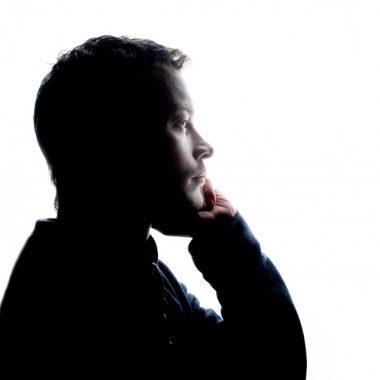hombres deprimidos.