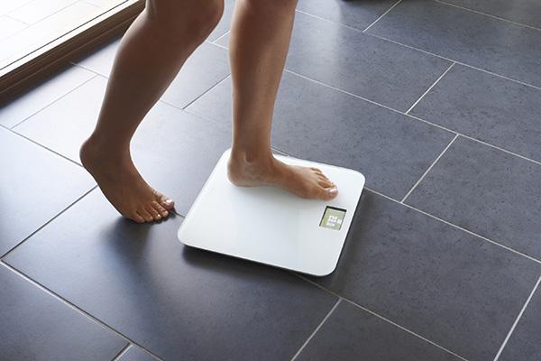 ¿Qué es la bioimpedancia y cómo funcionan las básculas para medir el porcentaje de grasa corporal?