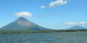 Vista desde el ferry de los volcanes en el Gran Lago Nicaragua o Cocibolca.