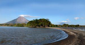 Paseo por la playa en la Isla de Ometepe