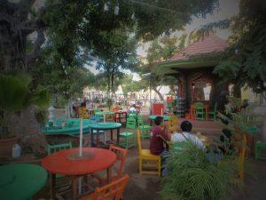Mesas de colores en el parque central colonial