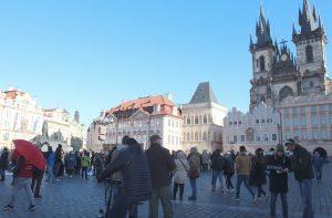 La Plaza de la Ciudad Vieja, al fondo la Iglesia de Nuestra Señora en frente del Týn