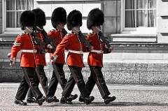 Todos los días de mayo a julio a las 11:30 horas se puede contemplar el bello espectáculo del cambio de guardia en el palacio real londinense