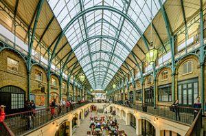 El mercadillo tiene dos plantas y esta repleto de tiendas, resaturantes y artistas callejeros