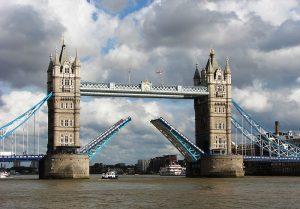 El Tower Bridge es un puente levadizo de estilo victoriano, el primero en construirse para unir las dos orillas del Támesis
