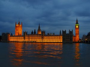 A orillas del Támesis se erige el magnifico edificio del Parlamento británico y su torre coronada por el Big-Ben.