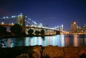 El puente de Brooklyn esta suspendido sobre potentes cables de acero.