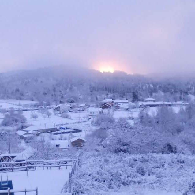 El pueblo rural Ocero nevado