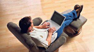 Lee un libro, habla, por el móvil o mira la televisión mientras te relajas en un sillón relax