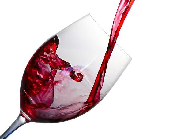Decantar vino: consejos y utensilios